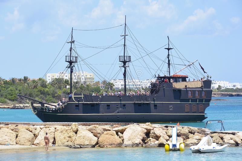 Bateau noir de voyage, Chypre images libres de droits