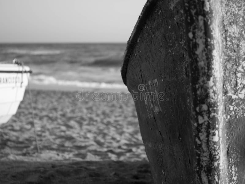 Bateau noir et blanc dans la plage images stock