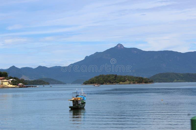Bateau, océan et arête dans DOS Reis, Brésil d'Angra images stock