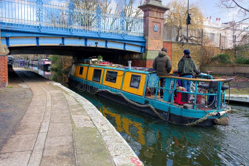 Download Bateau/péniche étroits De Canal Allant Sous Un Pont Photographie éditorial - Image du piste, inférieur: 87701552