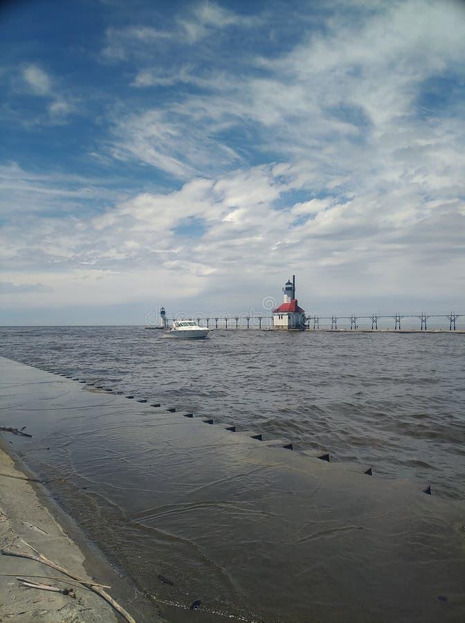 Bateau passant par le phare de St Joseph image stock