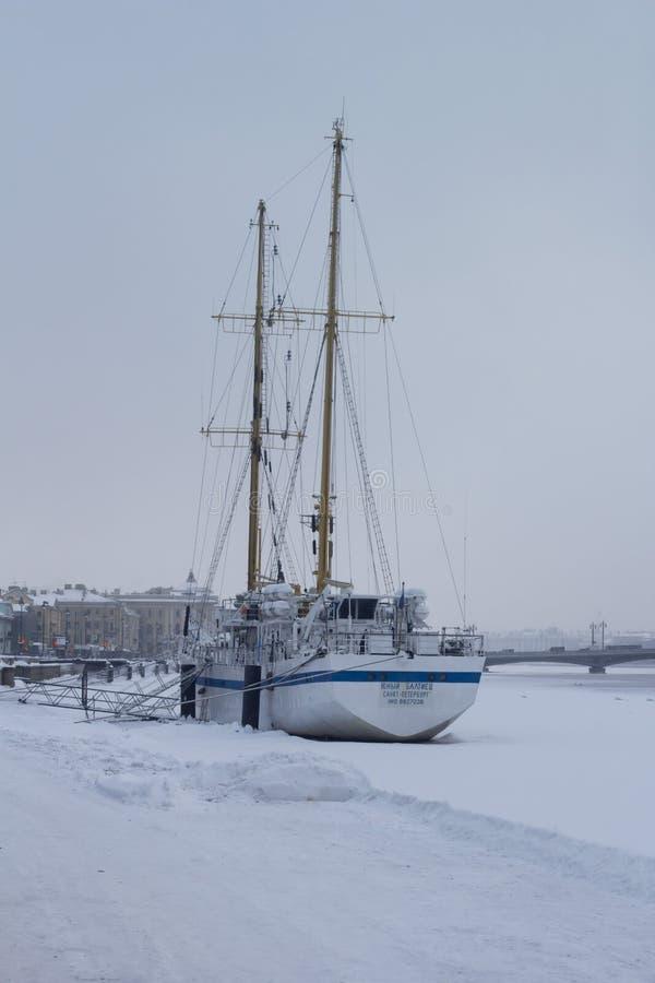 Bateau pendant l'hiver dans la ville sur la rivière image stock
