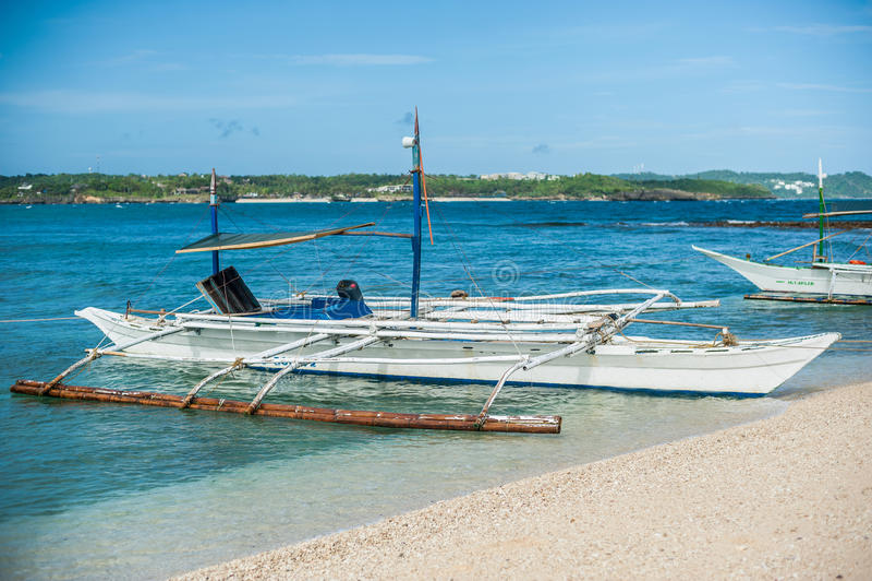 Bateau philippin en mer près de la plage de beauté à l'île de Boracay images libres de droits