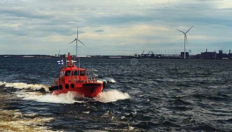 Bateau pilote orange suivant pour l'assistant dans le navire de charge Pilotage de navire photos stock