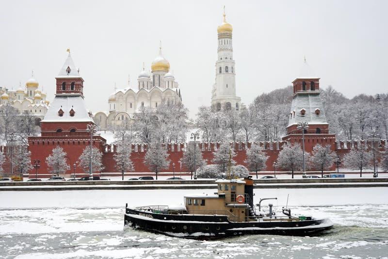 Bateau près de Kremlin photographie stock libre de droits