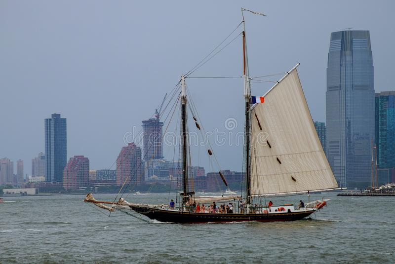 Bateau quittant le port à New York pour présenter Hudson River avec le bateau et le fond de gamme de gris photos libres de droits