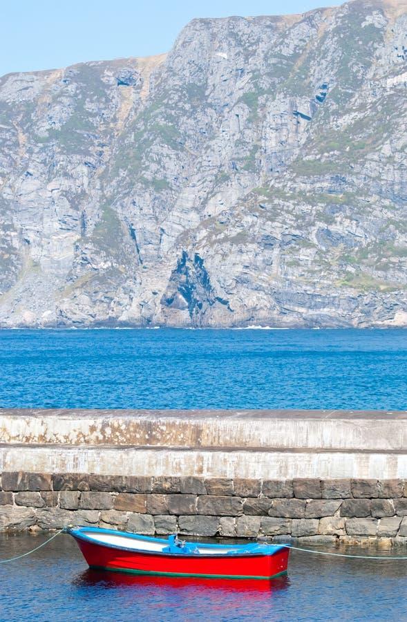 Bateau rouge dans le fjord image libre de droits