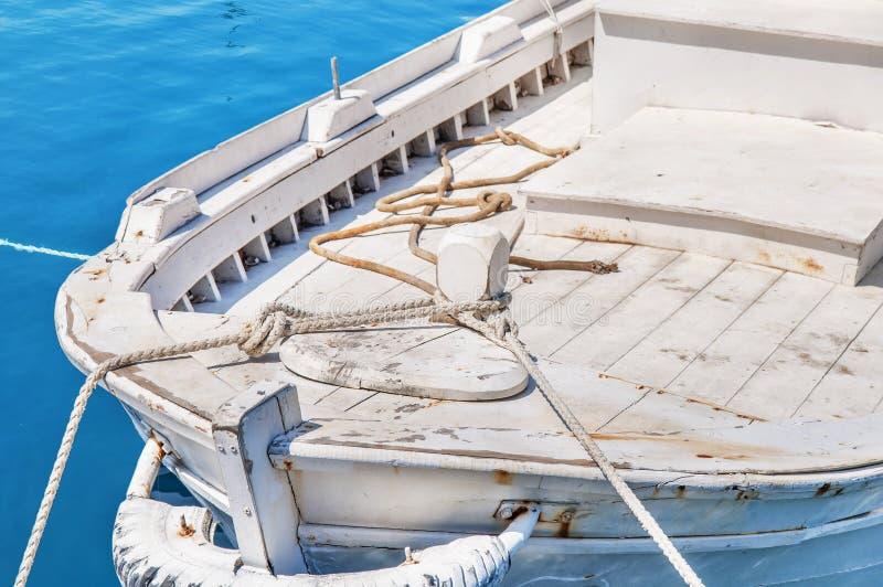 Bateau rouge de vieille pêche blanche en bois attaché sur le dock photos stock
