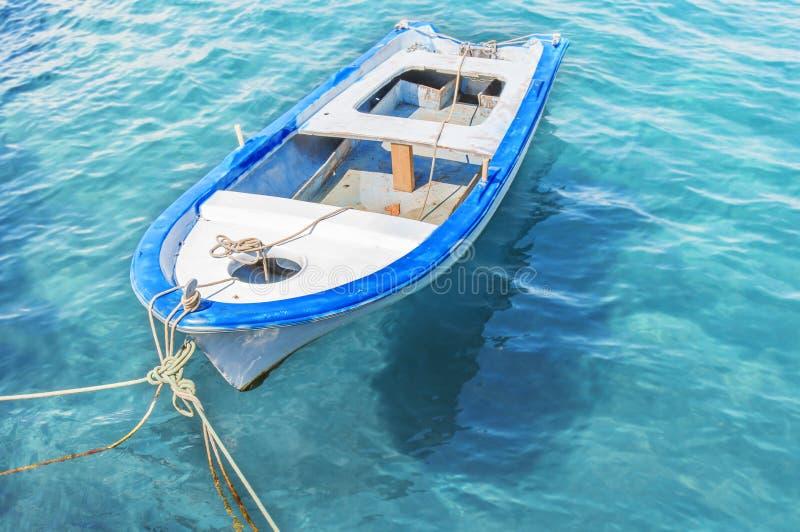 Bateau rouge de vieille pêche en bois attaché sur le dock photographie stock libre de droits
