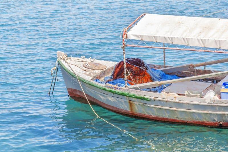 Bateau rouge de vieille pêche en bois attaché sur le dock image stock