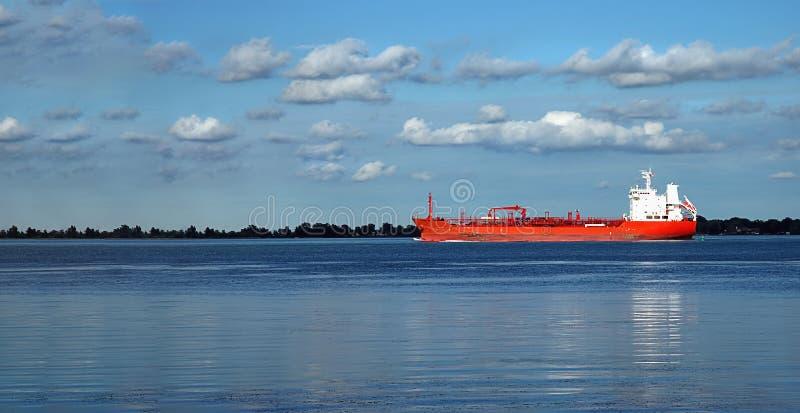 Bateau rouge sur l'expédition de Rivière Détroit photo stock