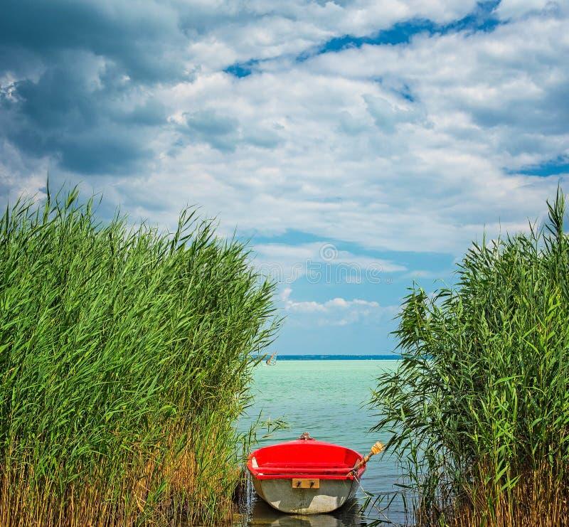 Bateau rouge sur le Lac Balaton photo stock