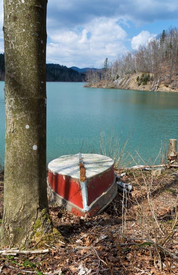 Bateau rouge sur le rivage de lac, Lokve Croatie image libre de droits
