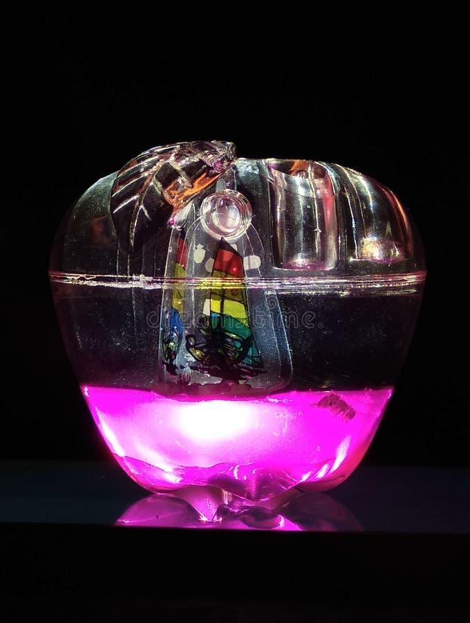 Bateau rougeoyant d'océan de bol en verre dans l'obscurité photo libre de droits