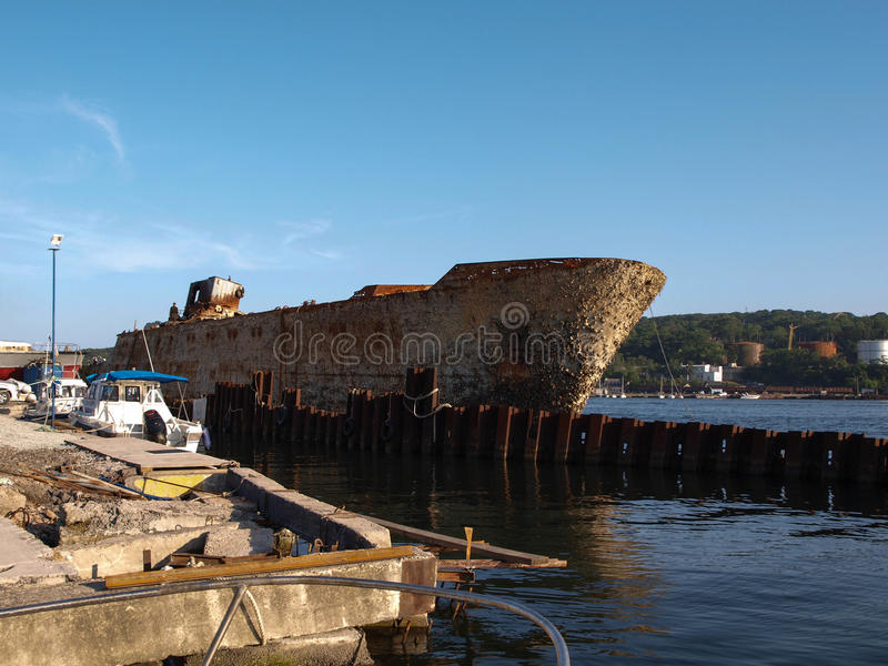 Bateau rouillé sur le sity Russie de Vladivostok de pilier photographie stock