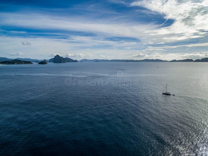 Bateau simple en mer près de rivage d'EL Nido à Palawan, Philippines Belles îles à l'arrière-plan photographie stock