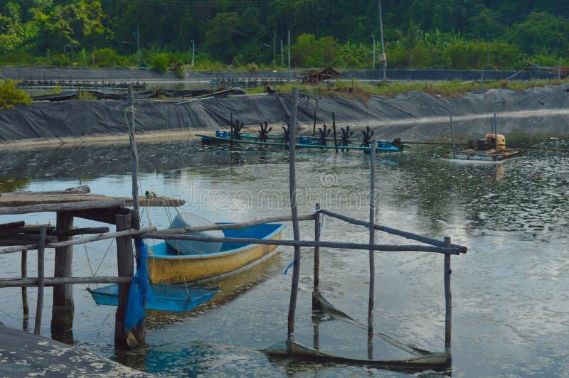 Bateau, skiff sur le lac de traitement vieux système de purification d'eau St photos libres de droits