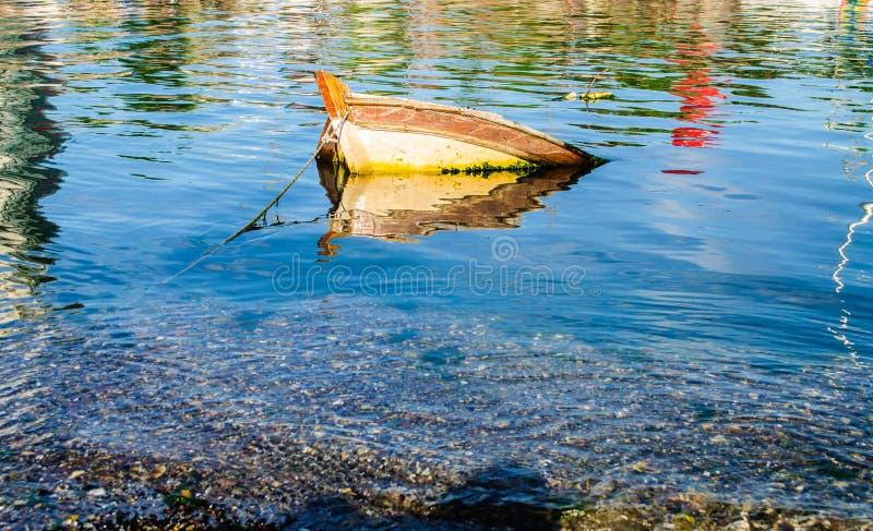 Bateau submergé photos stock