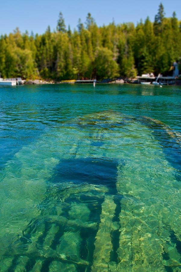Bateau submergé dans un lac image libre de droits