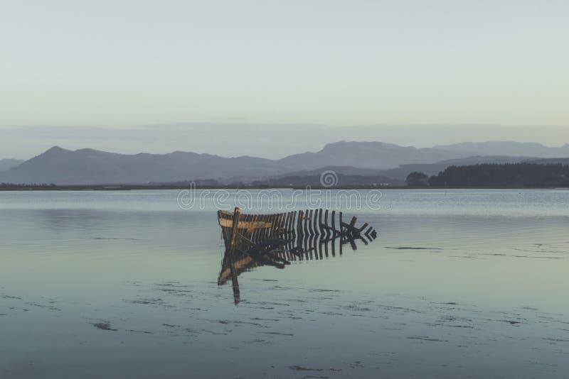 Bateau submergé sur le rivage image stock