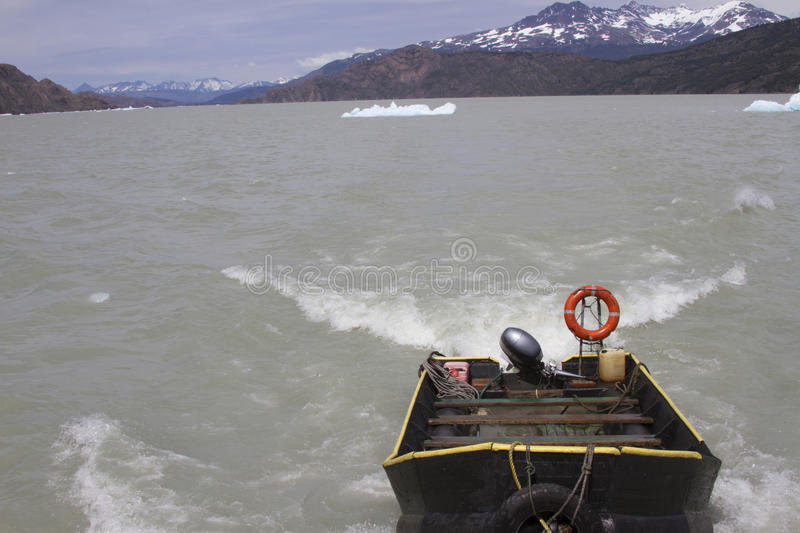 Bateau sur Grey Lake, Torres del Paine, Patagonia, Chili images stock