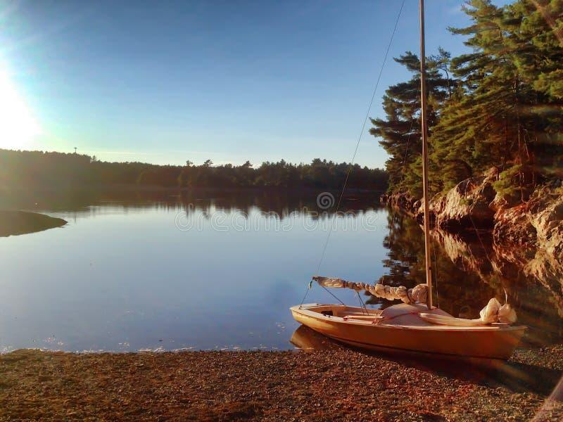 Bateau sur l'Île déserte proche Maine de bâti de l'eau photo libre de droits