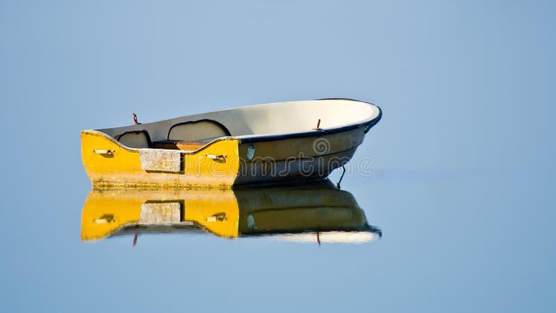 Bateau sur l'eau calme photo libre de droits