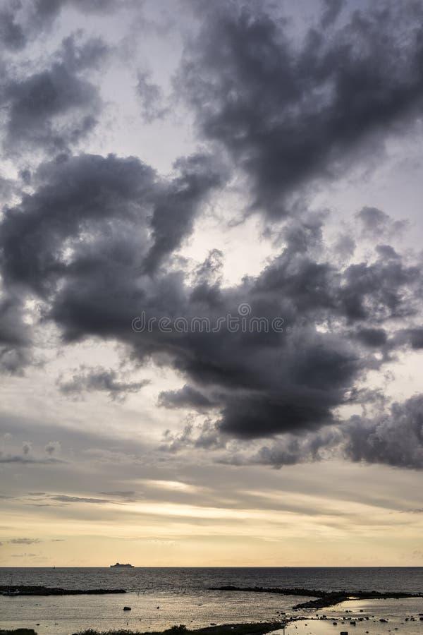 Bateau sur l'horizon avec des nuages photographie stock libre de droits