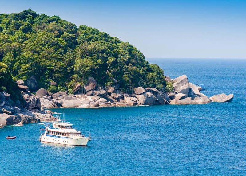 Bateau sur la belle mer et l'île tropicale image stock