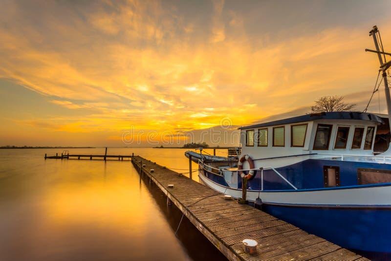 Download Bateau sur la jetée photo stock. Image du bleu, dock - 45350468