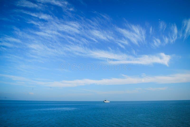 Bateau sur la mer photographie stock