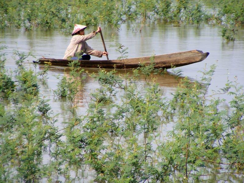 Bateau sur la petite rivière photos libres de droits