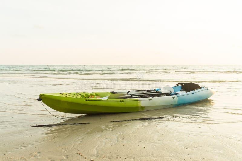 Bateau sur la plage de jao de Klong en Koh Kood (île de kood), Trat Thaïlande photo libre de droits