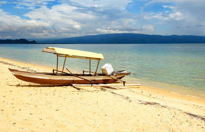 Bateau sur la plage de Siuri au lac Poso l'indonésie images libres de droits