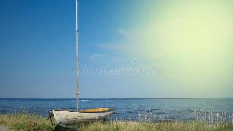 Bateau sur la plage devant la mer, copyspace photo libre de droits