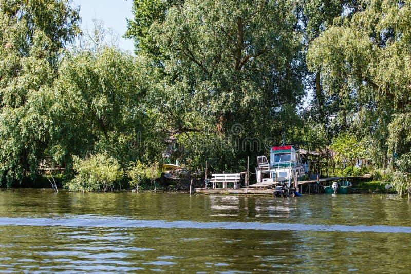 Bateau sur la rive dans le delta de Danube images libres de droits