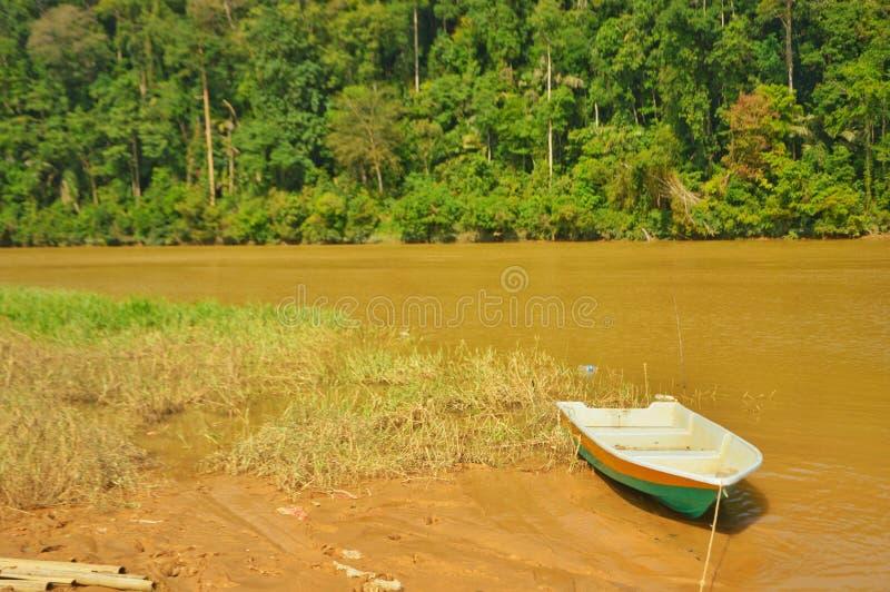bateau sur la rivière après inondation photos stock