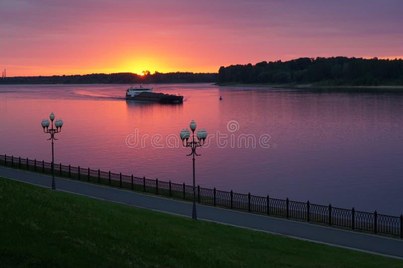 Bateau sur la rivière au coucher du soleil photographie stock libre de droits
