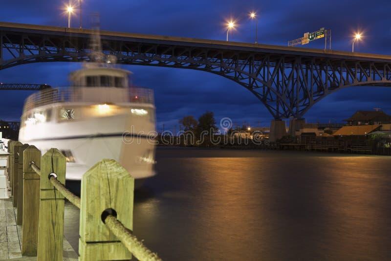 Bateau sur la rivière de Cuyahoga photographie stock libre de droits