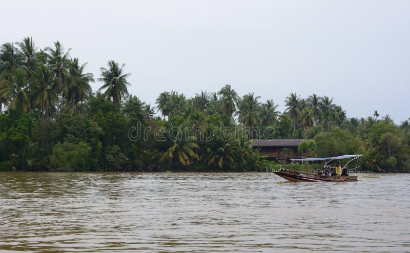 Bateau sur la rivière de Mae Klong Samut Songkhram thailand images stock