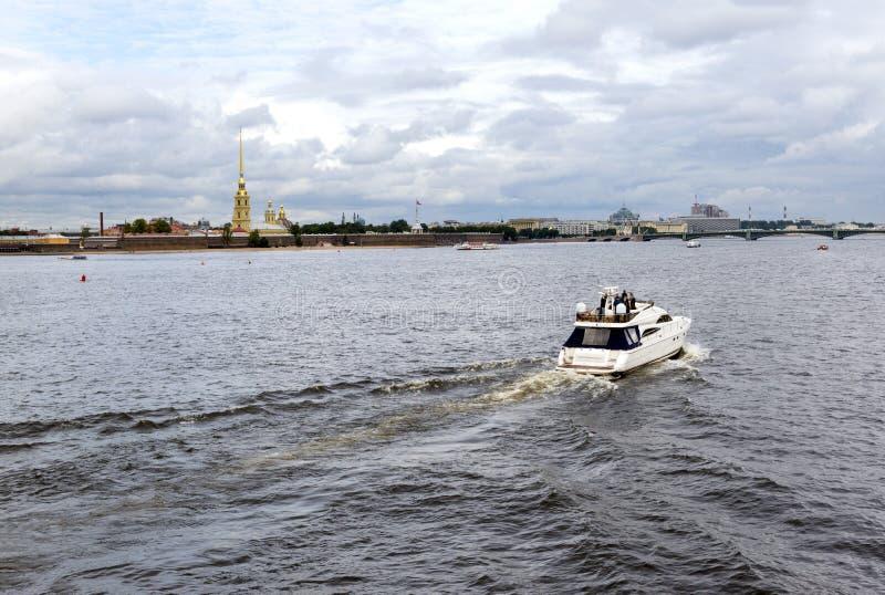 Bateau sur la rivière de Neva à St Petersburg, vue de Peter et image libre de droits