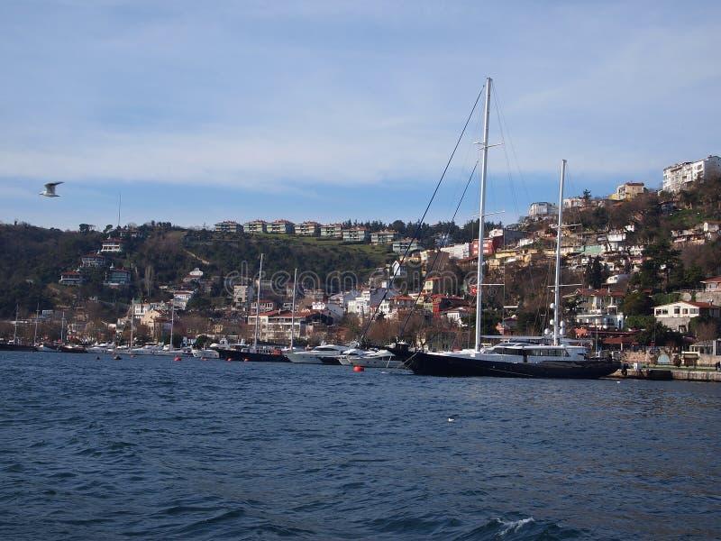 Bateau sur le détroit de Bosphorus images libres de droits