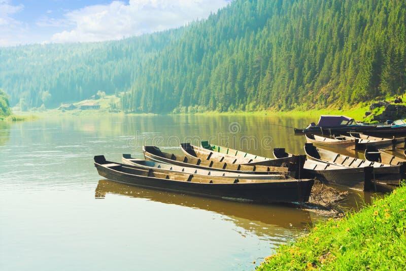 Bateau sur le fleuve photo libre de droits