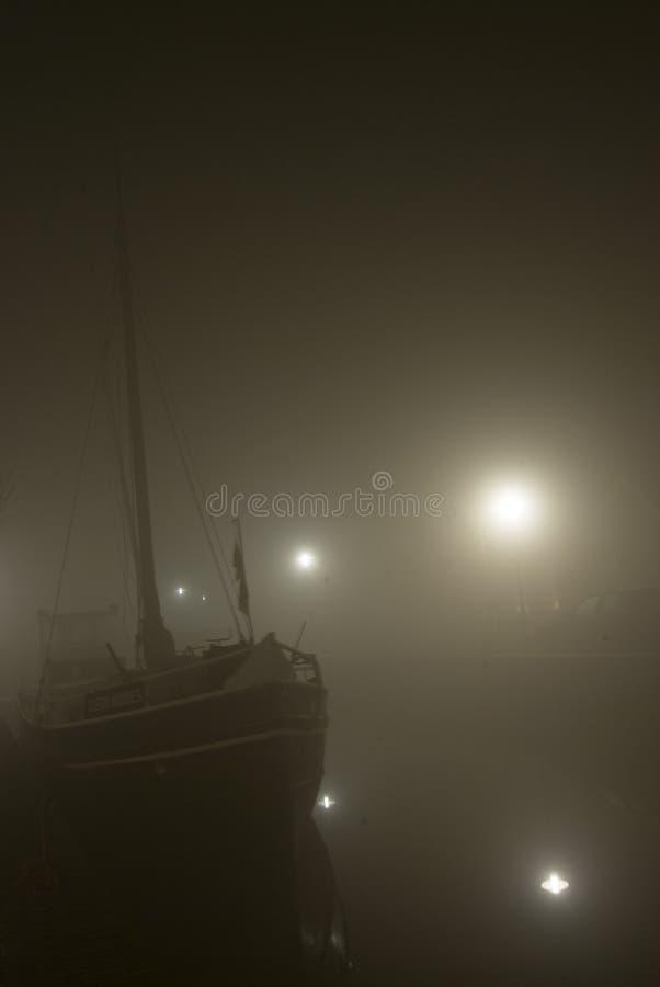 Bateau sur le fleuve la nuit photos stock