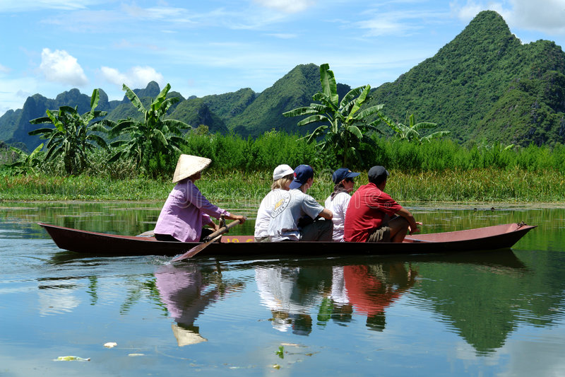 Bateau sur le fleuve pour parfumer la pagoda images stock