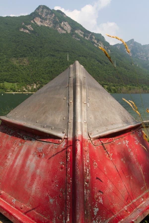 Bateau sur le lac photos stock