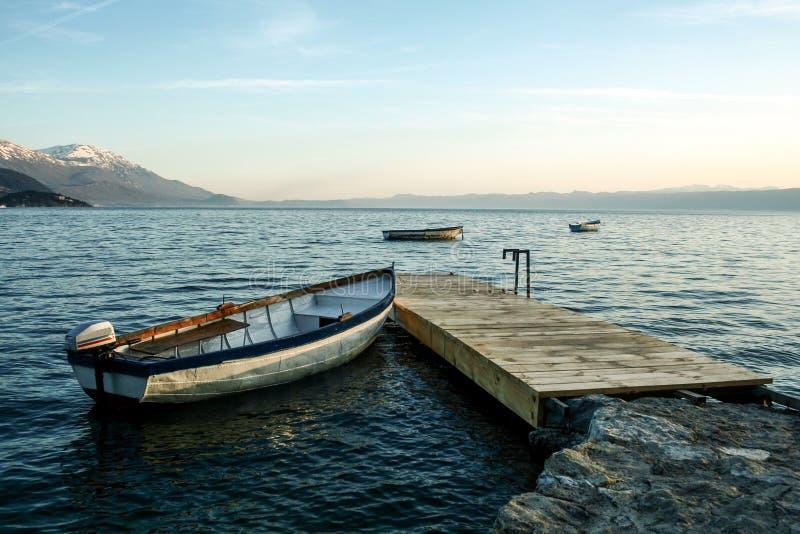 Bateau sur le lac Ohrid, dans le du sud de la république de Macédoine, au crépuscule au printemps photos libres de droits