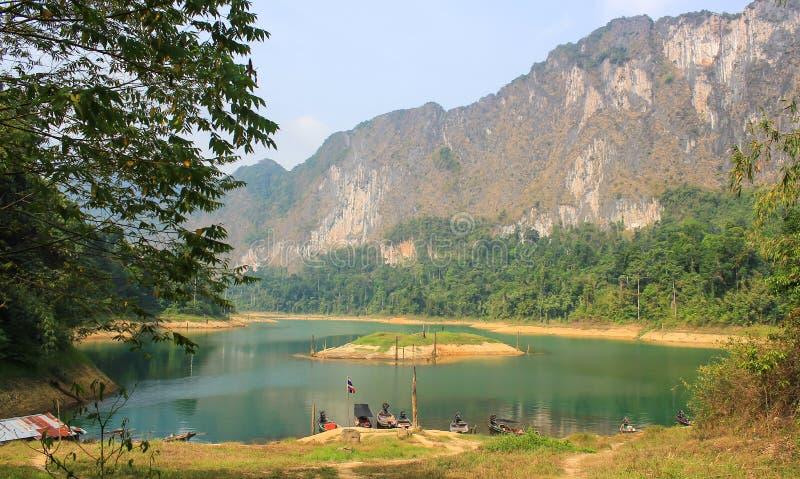 Bateau sur le lac vert au barrage de Ratchaprapa, Thaïlande photos stock