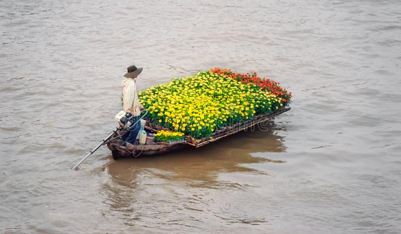 Bateau sur le marché de flottement traditionnel image libre de droits