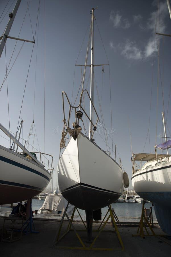 Bateau sur réparer le dock image stock